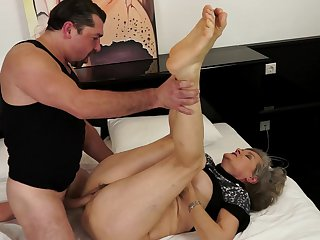 Mature Aliz milks cum loaded dick of her dude