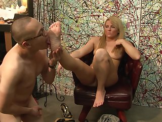 Blonde Casey Cumz puts her luscious lips on hard tool